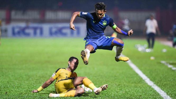 Pesepak bola Bhayangkara FC Jajang Mulyana (kiri) mencoba menghentikan laju pesepak bola PSIS Semarang Hari Nur Yulianto (kanan) pada pertandingan babak 16 besar Piala Indonesia di Stadion PTIK, Jakarta, Selasa, 19 Februari 2019.