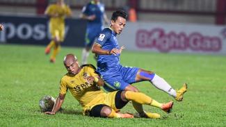 Pesepakbola Bhayangkara FC Anderson Salles (kiri) melakukan