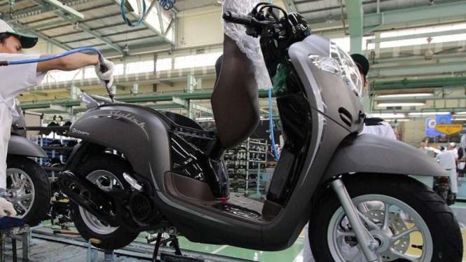 Pekerja pabrik motor Honda merakit skuter matik Scoopy