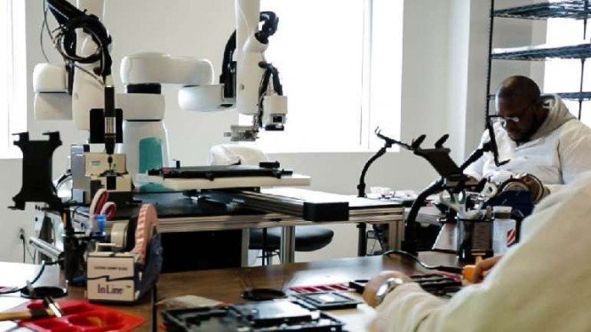 Ilustrasi robot dan manusia di industri.