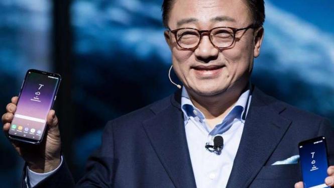 CEO Samsung, DJ Koh, memamerkan Samsung Galaxy S10.