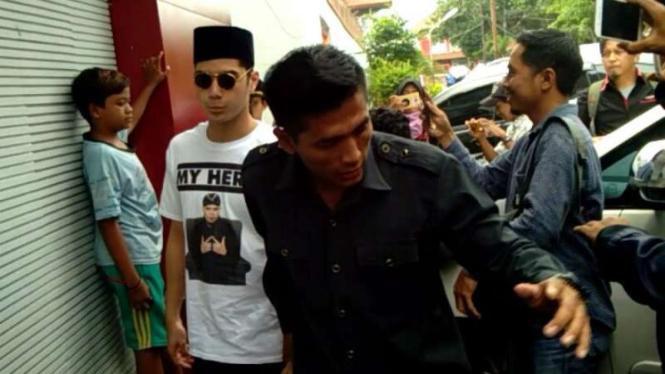 Ahmad Al Ghazali atau Al menjenguk ayahnya, Ahmad Dhani Prasetyo, yang ditahan di Rumah Tahanan Kelas I Surabaya di Medaeng, Sidoarjo, Jawa Timur, pada Kamis, 21 Februari 2019.