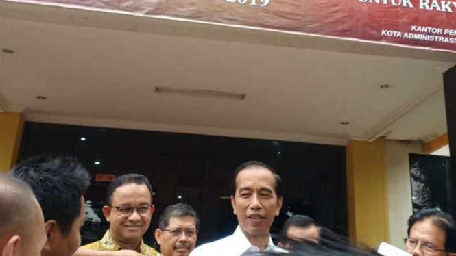 Presiden Joko Widodo didampingi Gubernur DKI Jakarta Anies Baswedan