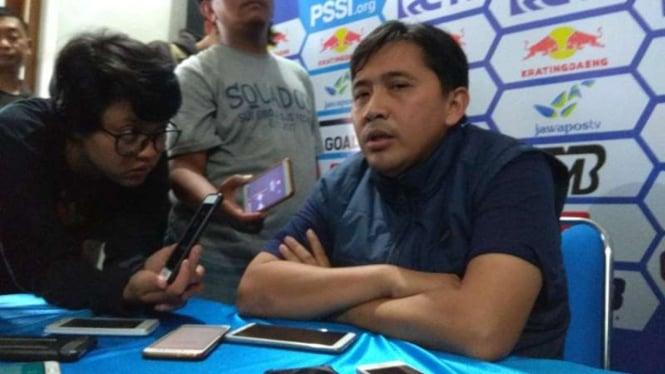 Media Officer Arema FC, Sudarmaji (kanan)