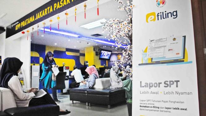 Sejumlah wajib pajak antre untuk melakukan pelaporan SPT Pajak Tahunan di Kantor KPP Pratama Pasar Minggu, Jakarta Selatan, Jumat, 22 Februari 2019.