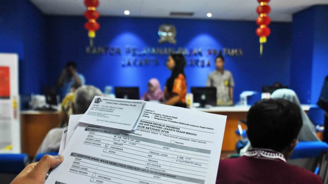 Seorang wajib pajak menunjukkan form aktivasi EFIN agar dapat melakukan pelaporan SPT Pajak Tahunan secara online di Kantor KPP Pratama Jagakarsa, Jakarta Selatan, Jum'at, 22 Februari 2019.