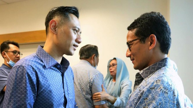 Calon Wakil Presiden nomor urut 02, Sandiaga Uno (kanan) bertemu Agus Harimurti Yudhoyono saat membesuk Ani Yudhoyono di Singapura, 22 Februari 2019.