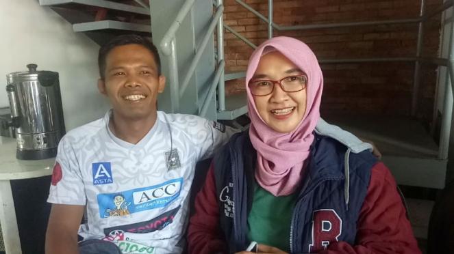 Juara kelas terbang One Pride, Suwardi, bersama istrinya, Rita