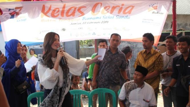 Ramadhania Bakrie saat mengunjungi anak-anak Penyintas Tsunami Selat Sunda.