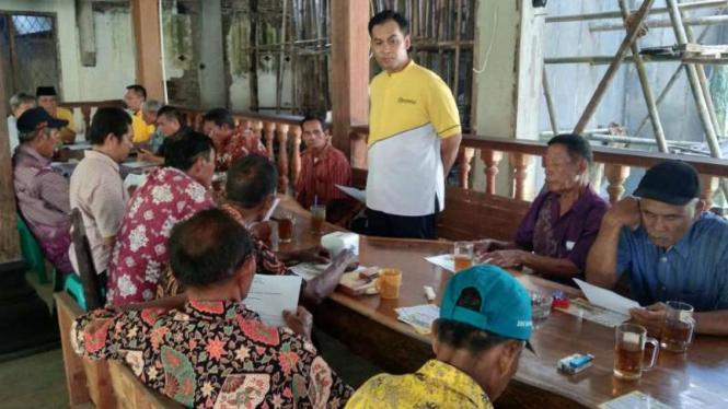 Politisi Partai Golkar Wirendra Tjakrawerdaja saat bertemu dengan Gabungan Kelompok Petani.