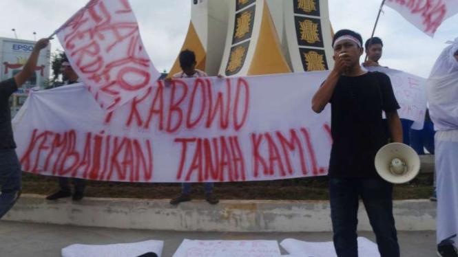 Belasan warga di Banda Aceh berunjuk rasa minta tanah yang dikuasai Prabowo Subianto dikembalikan ke warga pada Sabtu, 23 Februari 2019.