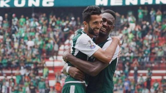 Amido Balde dan Manuchehr Jalilov rayakan gol Persebaya Surabaya