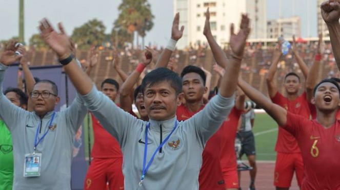 Pelatih Timnas U-22 Indra Sjafri (tengah) bersama ofisial dan para pemain.