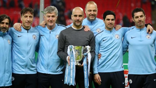 Pep Guardiola bersama staf pelatih Manchester City