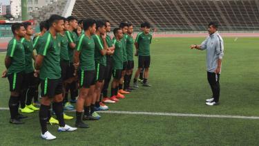 Pelatih Timnas U-22 Indra Sjafri (kanan) memberi arahan kepada pemain dalam latihan menjelang pertandingan babak Final Sepak Bola AFF U-22 di Stadion Nasional Olimpiade, Phnom Penh, Kamboja, Senin, 25 Februari 2019.