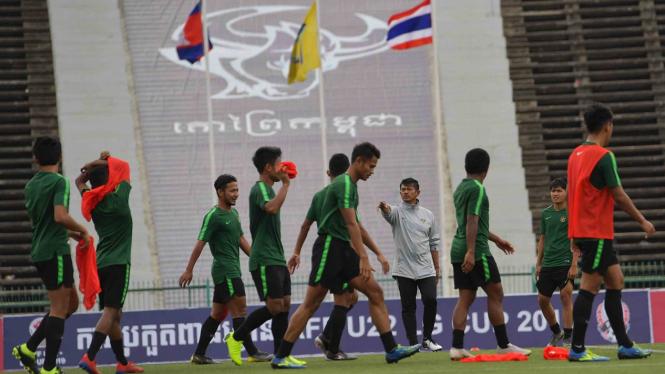 Pelatih Timnas U-22 Indra Sjafri (keempat kanan) memberi arahan kepada pemain dalam latihan menjelang pertandingan babak Final Sepak Bola AFF U-22 di Stadion Nasional Olimpiade, Phnom Penh, Kamboja, Senin, 25 Februari 2019.