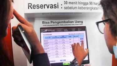 Calon penumpang memesan tiket kereta tujuan luar kota pada mesin tiket di Stasiun Pasar Senen, Jakarta, Senin, 25 Februari 2019.