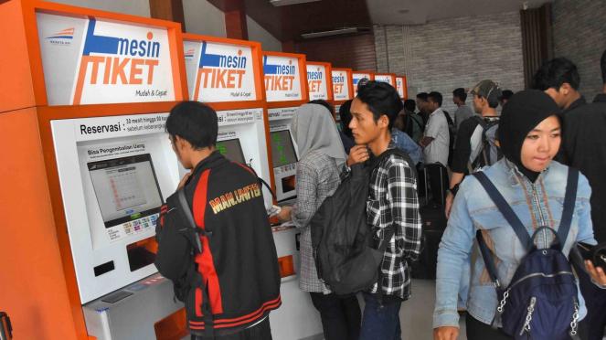 Calon penumpang memesan tiket kereta tujuan luar kota pada mesin tiket di Stasiun Pasar Senen, Jakarta, 25 Februari 2019.