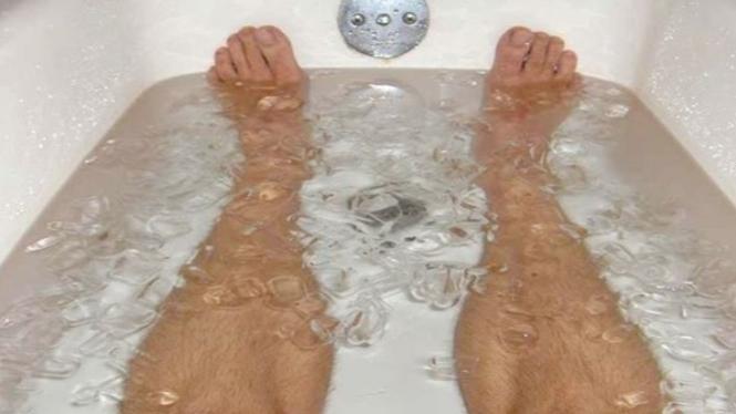 Ilustrasi rendam kaki dengan es batu.