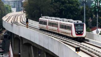 Kereta ringan atau Light Rail Transit (LRT) rute Velodrome-Kelapa Gading memasuki Stasiun Velodrome Jakarta