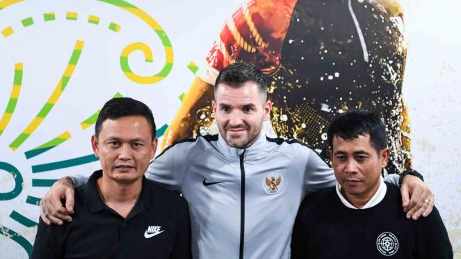 Pelatih Timnas Indonesia Simon McMenemy (tengah) berpose bersama asisten pelatih timnas Yeyen Tumena (kiri) dan Joko Susilo (kanan) saat menggelar konferensi pers di kantor PSSI, FX Senayan