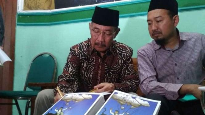 Mantan Ketua Gerakan Pemuda Ansor Jawa Timur, Choirul Anam (kiri), menyampaikan pendapatnya di sela bedah buku tentang NU karyanya di Surabaya, Jawa Timur, pada Selasa, 26 Februari 2019.