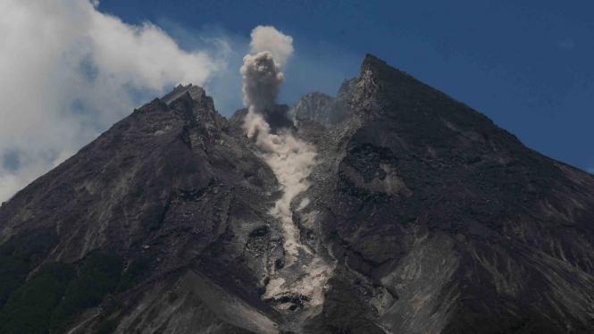 Aktivitas guguran awan panas kecil Gunung Merapi.