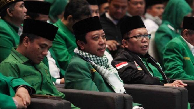 Ketua Umum Partai Persatuan Pembangunan (PPP) Romahurmuziy (kedua kiri) didampingi Sekjen Arsul Sani (kanan) menghadiri acara pembukaan Rapimnas IV dan Workshop Nasional PPP di Jakarta