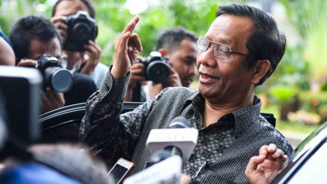 Mantan Ketua Mahkamah Konstitusi Mahfud MD saat akan meninggalkan Gedung KPK di Jakarta, Rabu, 27 Februari 2019.