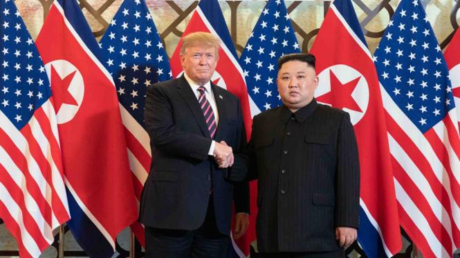 Pertemuan Pemimpin Korea Utara, Kim Jong-Un (kanan) dan Presiden Amerika Serikat, Donald Trump (kiri) di Hanoi, Vietnam