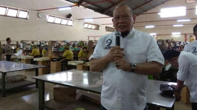 La Nyalla Mattalitti mengunjungi pabrik rokok Gandum di Malang.