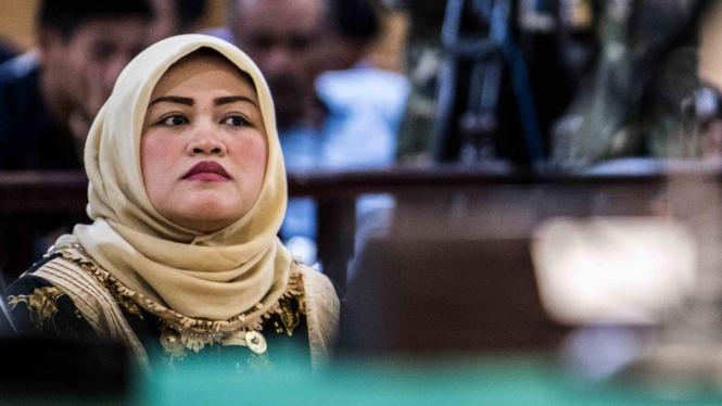 Terdakwa kasus dugaan suap perizinan Meikarta Neneng Hasanah Yasin menjalani sidang perdana dengan agenda pembacaan dakwaan di Pengadilan Tipikor, Bandung, Jawa Barat
