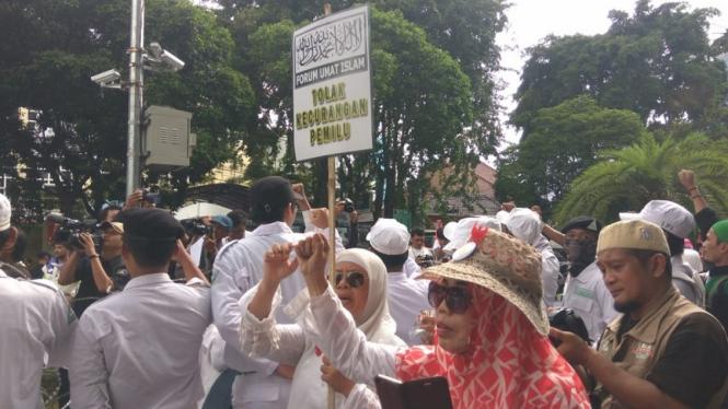 Massa FUI menggelar aksi unjuk rasa di depan kantor KPU.