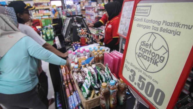 Pramuniaga melayani konsumen di salah satu mini market di kawasan Jakarta Timur, Jumat, 1 Maret 2019.