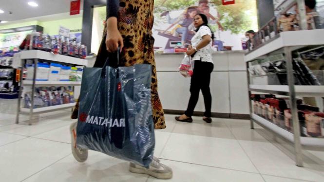 Pembeli membawa kantong plastik setelah berbelanja di salah satu gerai retail di Cibinong City Mall, Bogor, Jawa Barat, Jumat, 1 Maret 2019.