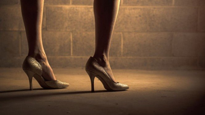 Ilustrasi wanita pakai high heel