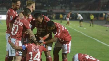 Pemain Bali United rayakan gol.