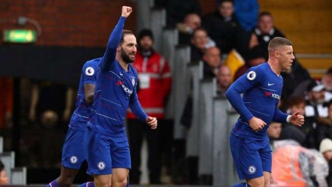 Striker Chelsea, Gonzalo Higuain rayakan gol.