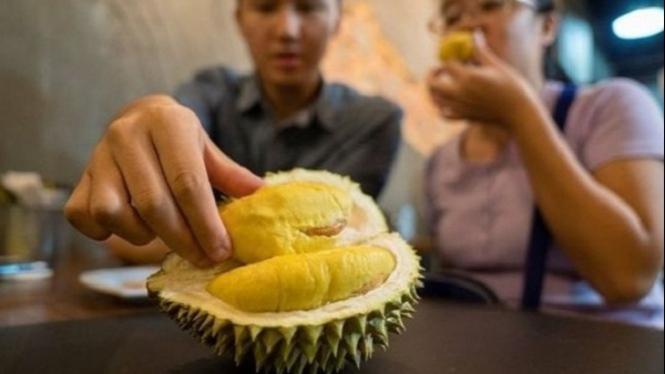 Makan durian.