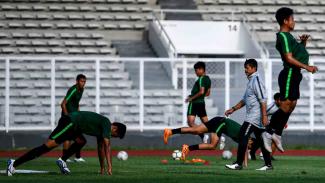 Pelatih Timnas Indonesia U-23 Indra Sjafri (kedua kanan)