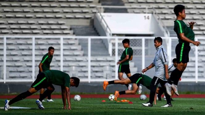 Pelatih Timnas Indonesia U-23 Indra Sjafri (kedua kanan) memimpin jalannya pemusatan latihan di Stadion Madya, Kompleks Gelora Bung Karno, Senayan, Jakarta, Senin, 4 Maret 2019.