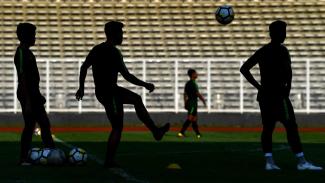 https://thumb.viva.co.id/media/frontend/thumbs3/2019/03/05/5c7dfb55be0ee-siluet-pemain-timnas-indonesia-u-23-mengikuti-pemusatan-latihan-di-stadion-madya_325_183.jpg