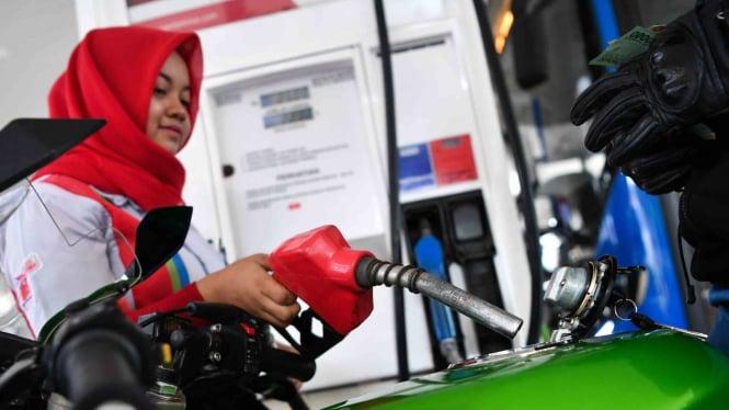 Petugas mengisi kendaraan konsumen dengan BBM jenis Pertamax Turbo di SPBU Jalan HR Rasuna Said, Jakarta Selatan
