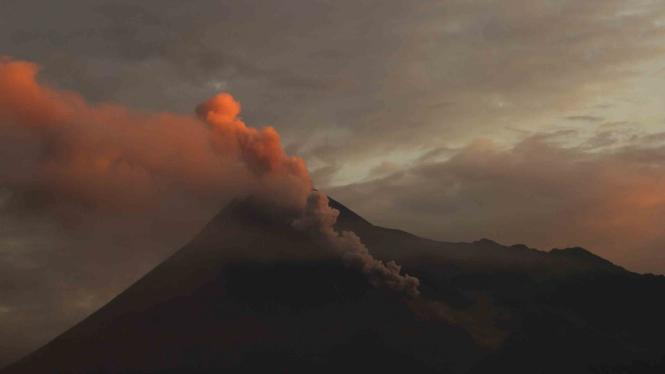 Gunung Merapi menyemburkan awan panas terlihat dari Sleman, DI Yogyakarta