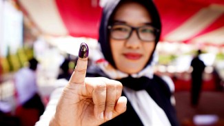 Seorang warga menunjukan jari yang telah diberi tinta usai mengikuti simulasi pemungutan dan penghitungan suara Pemilihan Umum di kantor Komisi Pemilihan Umum (KPU) Kabupaten Gorontalo, Gorontalo