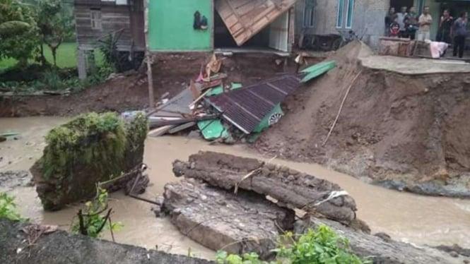 Jembatan Ampang Gadang di Pasaman, Sumatera Barat putus