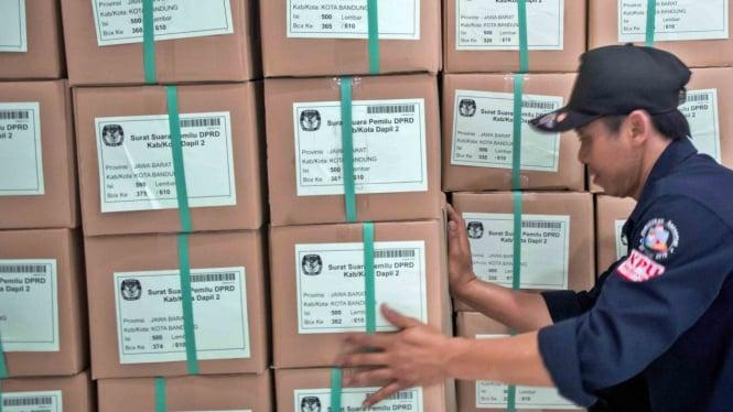 Petugas KPU menyusun kardus berisi surat suara Pemilu 2019