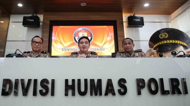Kepala Divisi Humas Polri Irjen Pol M Iqbal (tengah) didampingi Karopenmas Divisi Humas Brigjen Pol Dedi Prasetyo (kiri) dan Kabag Pensat Divisi Polri Kombes Pol Yusri Yunus (kanan) memberikan keterangan pers