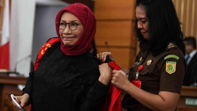 Terdakwa kasus dugaan penyebaran berita bohong atau hoaks Ratna Sarumpaet mengenakan baju tahanan seusai mengikuti sidang lanjutan di PN Jakarta Selatan, Jakarta, Rabu, 6 Maret 2019.