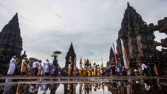 Sejumlah umat Hindu melakukan pradaksina saat prosesi upacara Tawur Agung Kesanga 2019 di Candi Prambanan, Sleman, DI Yogyakarta, Rabu, 6 Maret 2019.